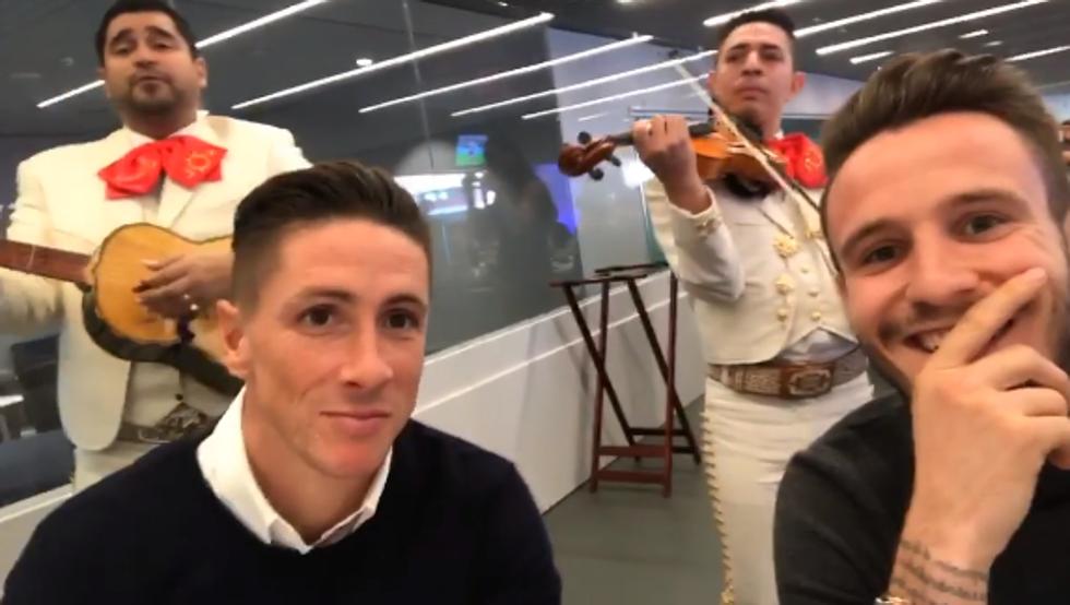 Ya es viral este vídeo de los Mariachis con Saúl, Torres y demás miembros de la mesa 1