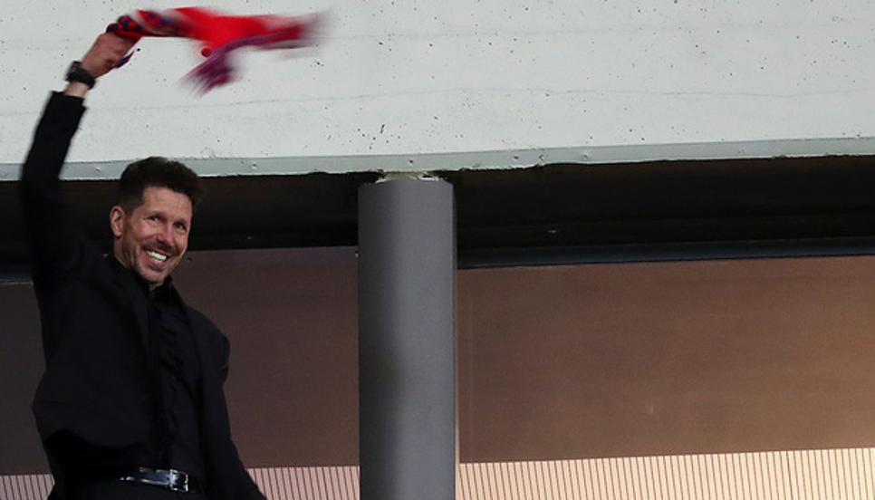 Bestial vídeo de Simeone animando con la bufanda cuando el estadio coreaba su nombre 1