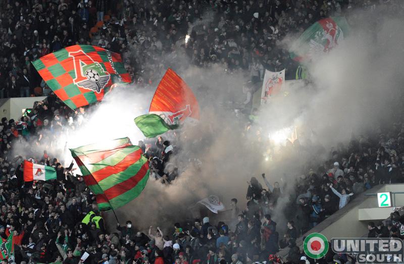 Ultras del Lokomotiv esperando la llegada del equipo al estadio / United South